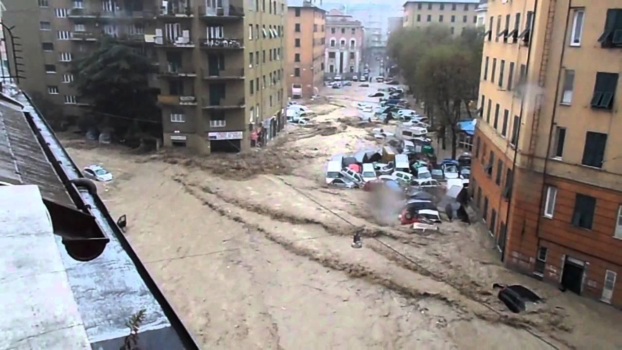 le strade del centro cittadino invase dalle acque nel corso dell'evento di piena del 9 ottobre 2014